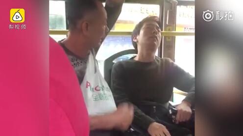 老人坐公交看上别人座位 换座被拒后将小伙骂到崩溃