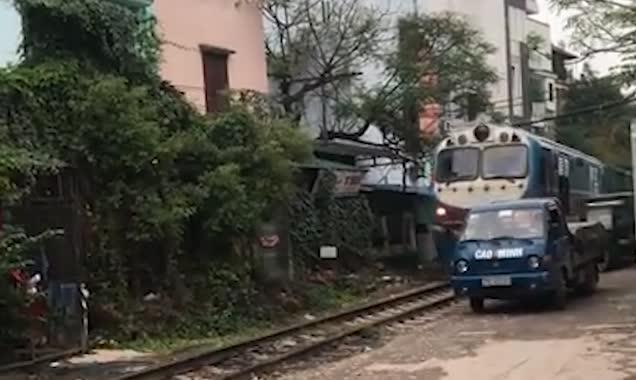 卡车停放火车轨道旁 车主眼睁睁看其被摧毁