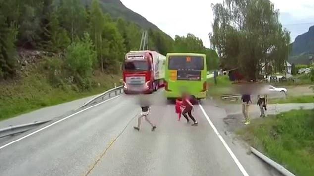 惊险!挪威小男孩横穿马路与疾驰卡车擦身而过