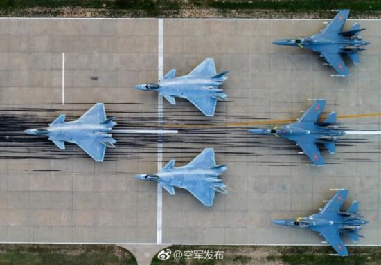 专家:空军飞行员通飞多款战机 存在战机混编