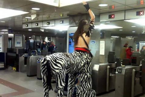 地铁里总有一些放飞自我的人