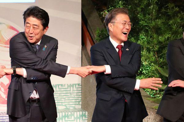 菲律宾第12届东亚峰会 文在寅与安倍晋三开心手拉手
