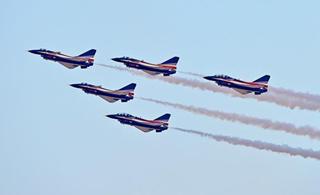 八一飞行表演队亮相迪拜 女飞行员驾驶歼10参演