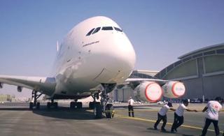 迪拜警察将一架300吨重A380客机拖走