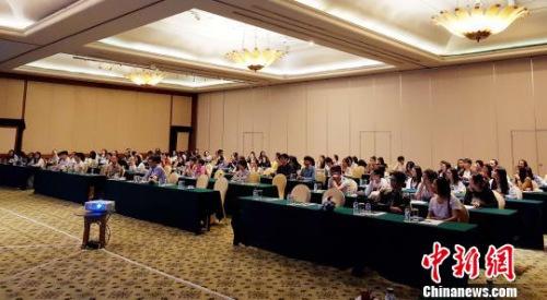 """中国驻印尼泗水总领馆12日在日惹特区举办2017年""""领保进校园""""——中国留学生领事保护与协助知识讲座。图为中国留学生认真听讲。中国驻印尼泗水总领馆供图"""