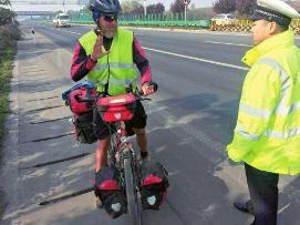 男子旅游怕走普通公路迷路 开导航骑单车上高速