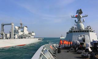 中国052B驱逐舰在南海进行补给