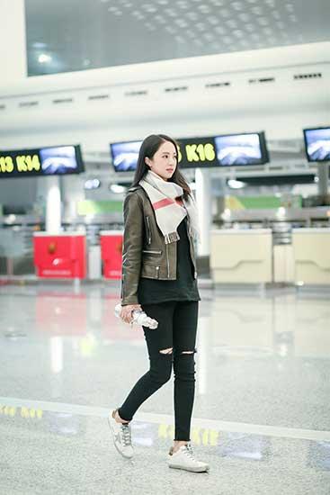 董璇帅气休闲风现身机场 网友:裤子亮了
