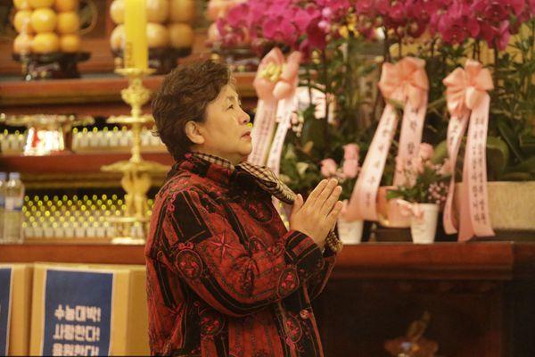韩国高考也疯狂 家长寺庙祈祷盼顺利
