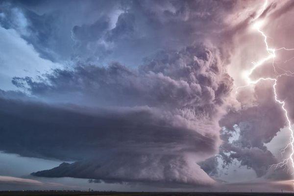 大自然震撼景象 风暴与闪电彩虹罕见同框