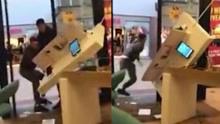 英四名男子抢劫手机店 试图拽走整个展示台失败后逃走