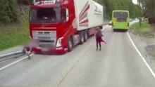 挪威小男孩横穿马路 与疾驰卡车擦身而过