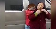 男童当街打亲奶奶踹路人