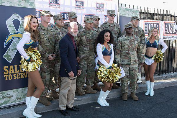 洛杉矶举行感恩节午宴为军队送行 拉拉队美女助阵