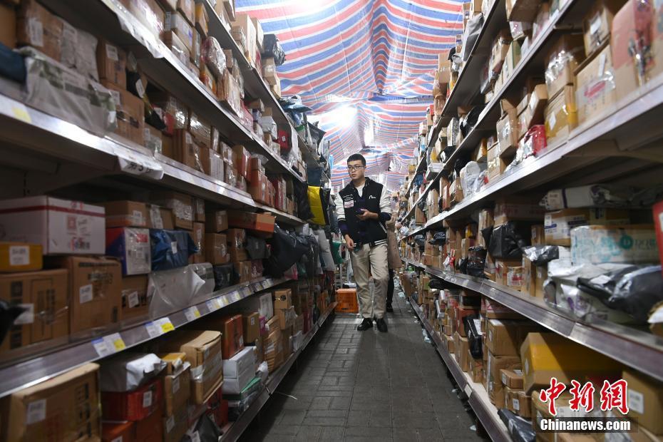 重庆一高校包裹堆积如山 学生取货至少花30分钟