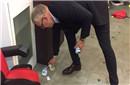 得意不忘形真绅士 瑞典主帅亲自清理更衣室垃圾