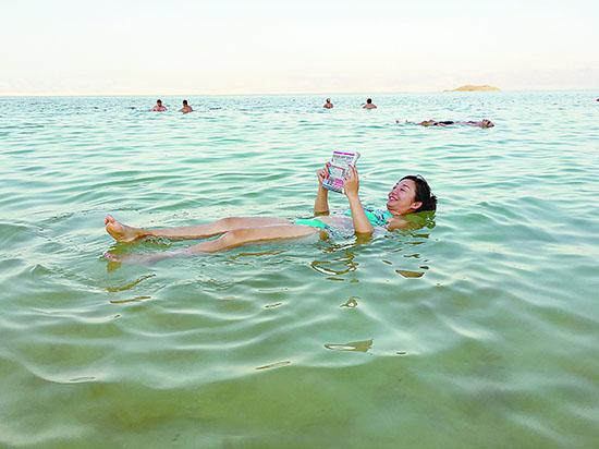 体验死海漂浮 感受天人合一的美妙
