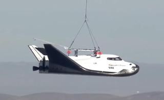 美国新型航天飞机试飞 被吊到高空往下扔