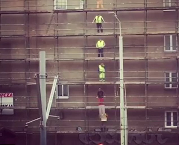实拍脚手架工人配合天衣无缝快速传递木板