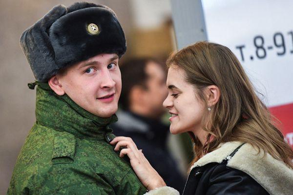 俄罗斯新兵入伍 与女友难舍难分