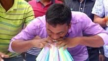 印度小哥嘴里塞459根吸管 又破了神记录