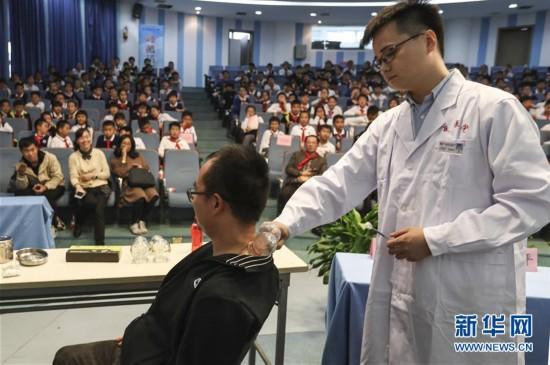 中医药知识走进温州校园 小学生感受中医药文化