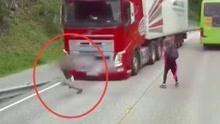 小孩横穿马路险遭卡车碾压