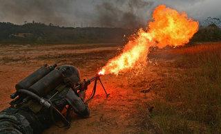 看解放军用火焰喷射器灭敌