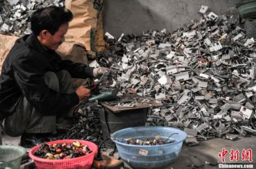 百台旧手机提炼一枚金戒指 全国仅两家企业正规拆解