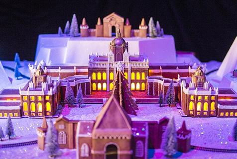 英国美食艺术家建造姜饼圣诞城堡