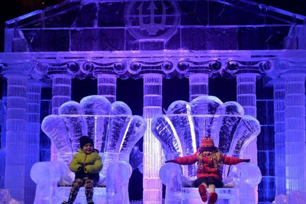 英国海德公园奇幻冰雕 吸引大批萌娃