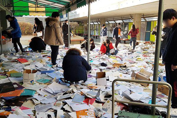 韩国高考因地震推迟 学生扔完书后又去找回