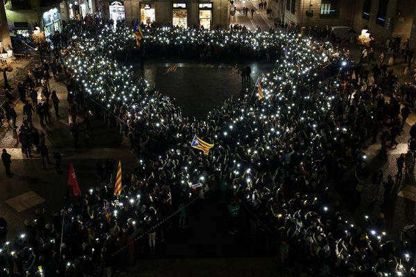 巴塞罗那民众集会 要求释放前加泰领导人