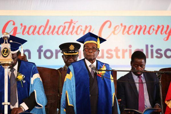 津巴布韦总统穆加贝在政局突变后首次公开露面