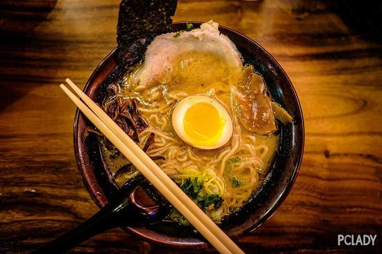 博多拉面(博多ラーメン,音:はかたラーメン)是主要在日本福冈县福冈市(古名博多)制作,以豚骨汤及细面为原料的日本拉面。