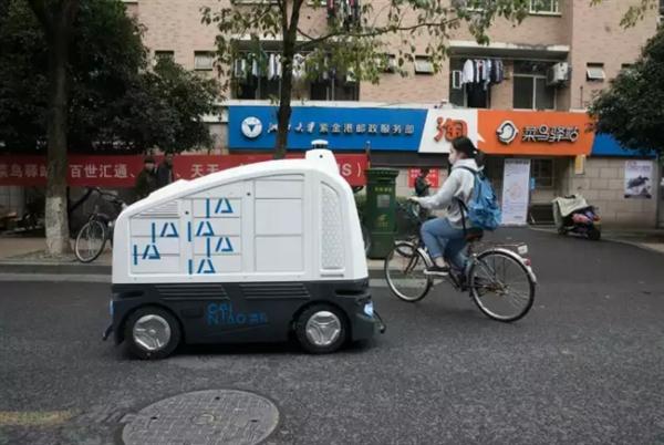 菜鸟网络快递机器人亮相浙大:手机召之即来