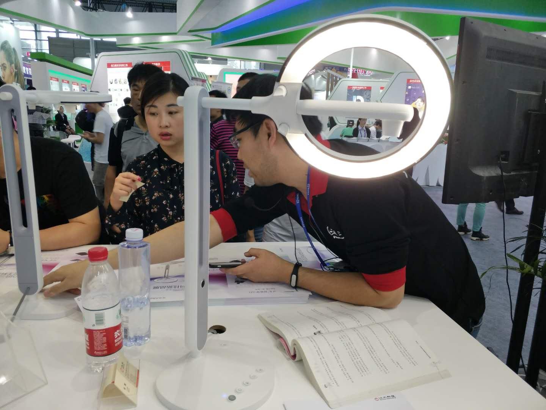 汉王科技第17次参展高交会 新品智能学习灯抢镜