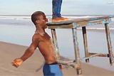 加纳小伙表演牙举桌子杂技