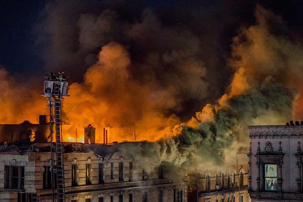 纽约一公寓发生大火