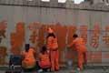 陕西商鞅浮雕墙被涂抹大字 环卫工清洗忙