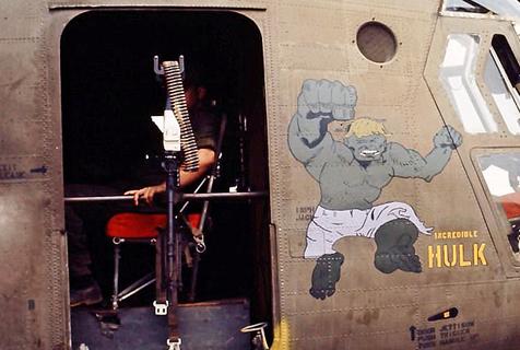 越战中的艺术:美飞行员直升机上作画
