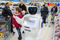 俄莫斯科一超市现机器人 穿梭货架间服务顾客
