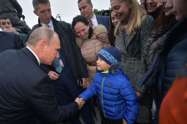 普京出席沙皇亚历山大三世纪念碑揭幕仪式 与小朋友握手