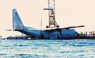 C130运输机被扔海里当珊瑚礁