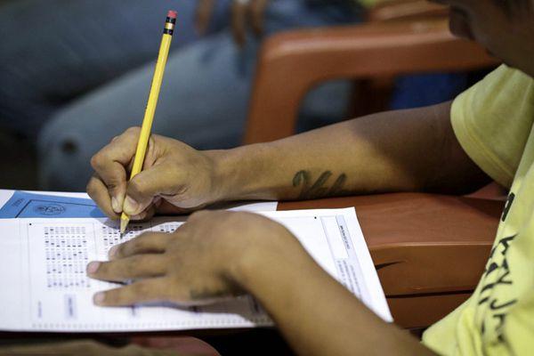 菲律宾监狱举行同等学力考试 囚犯变考生写答卷