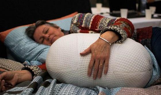 治疗失眠何须吃药?这款智能机器人抱枕帮你一秒入睡