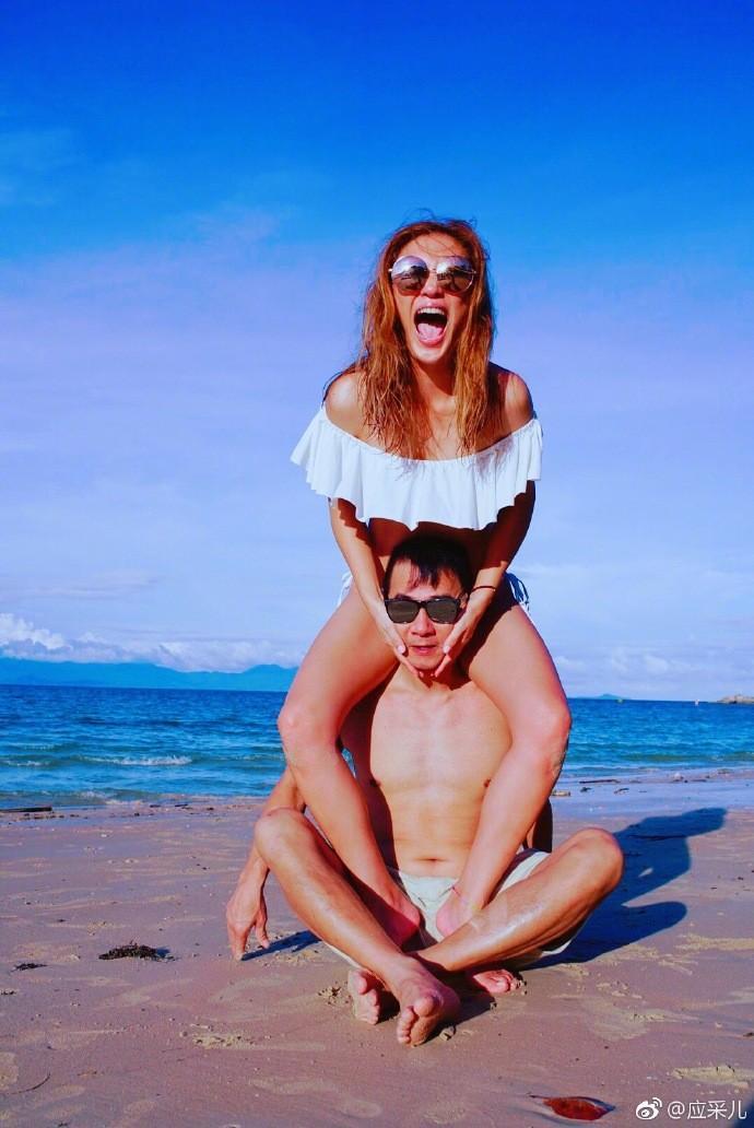丢下Jasper海边度假!应采儿坐陈小春肩上放闪