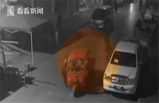 女司机避让车辆撞倒晨练老人 看其受伤严重后逃离