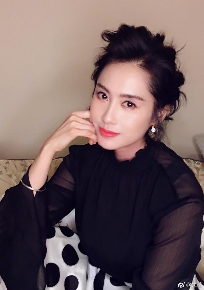 朱茵黑色薄纱装配波点裙清新典雅