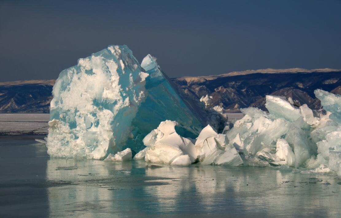 奥尔洪岛冰穴美景